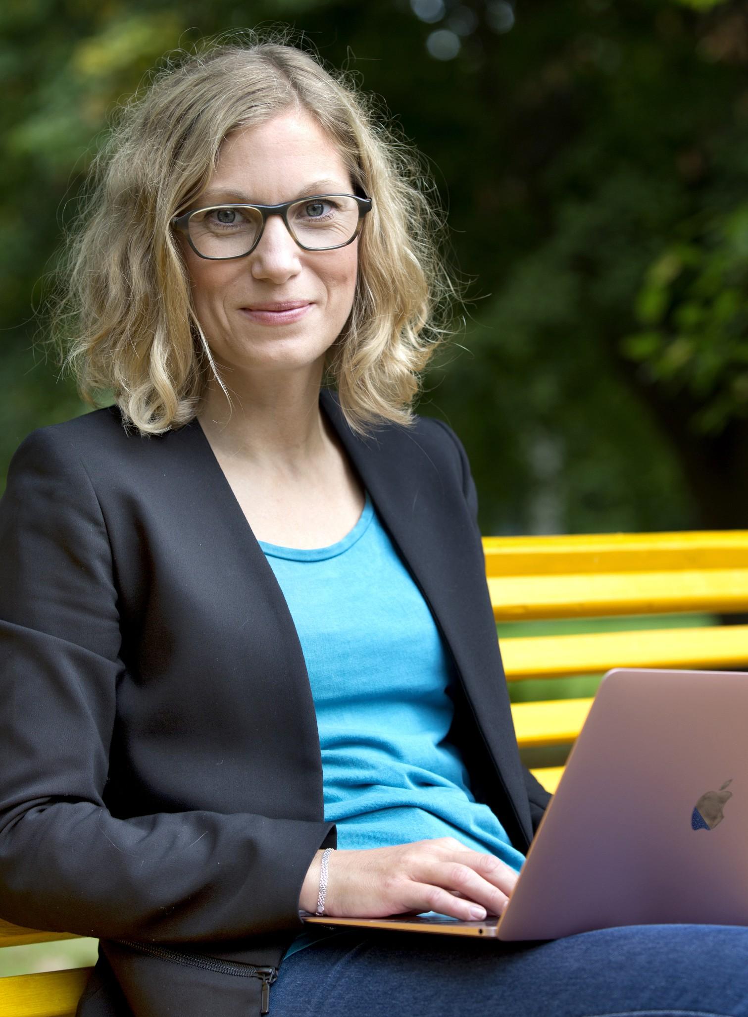 bild Hanna Lundquist med dator, språkkonsult textexpert skribent språkgranskare journalist språkvetare